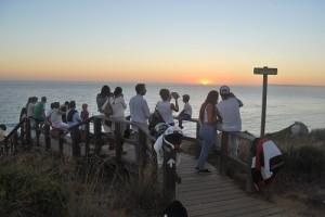 Un nutrido grupo de personas disfruta del atardecer en el Cabo de Gracia, Tarifa. Foto: Laura López