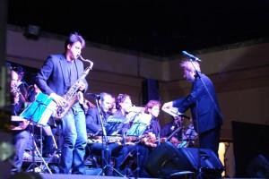 Javiér Ortí, compenente de Andalucía Big Band en un solo de saxo. Foto: Laura López