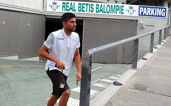 El futbolista madrileño Juanfran, saliendo del parking del estadio. Foto: Tolo Parrs