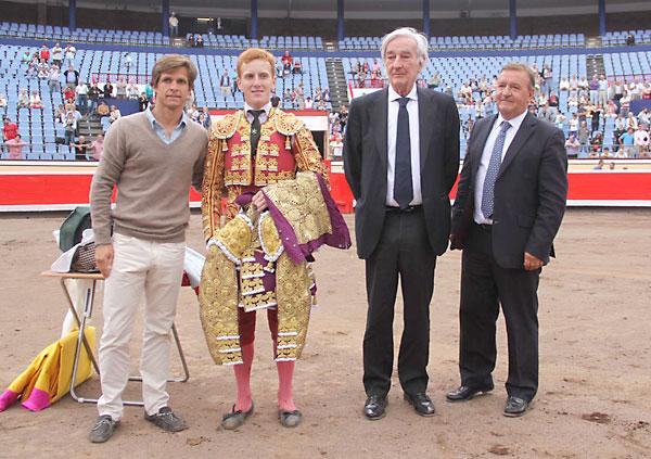 El sevillano Jesús Bayort (2i) junto a El Juli (i). / ElJuli.com