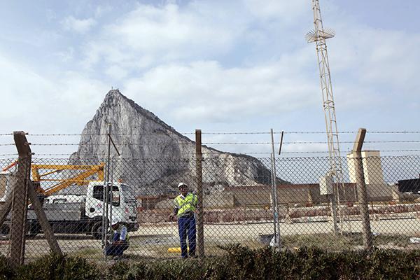 Un operario reparando la valla fronteriza de Gibraltar tras ser agujereada por contrabandistas en 2012. / EFE