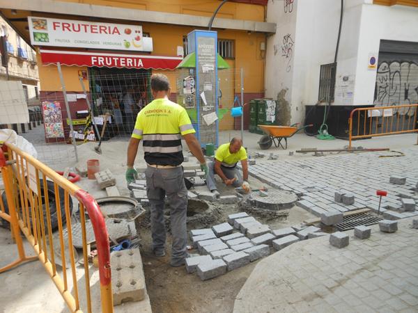 Ayer pudieron verse ya los primeros trabajos de adoquinado en la desembocadura de San Luis a la Plaza del Pumarejo. / C.R.