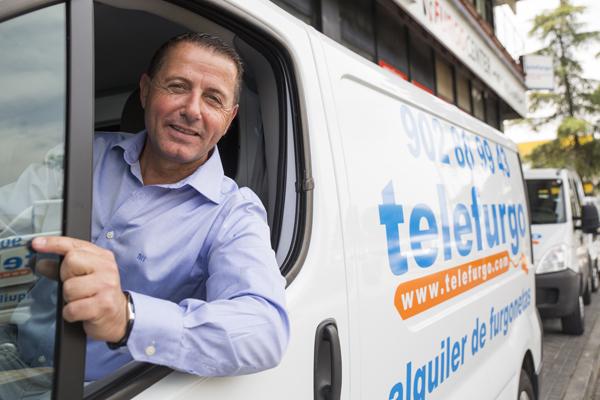 Francisco Lucas, director generalde Telefurgo, a bordo de una de las Furgonetas Solidarias. / El Correo