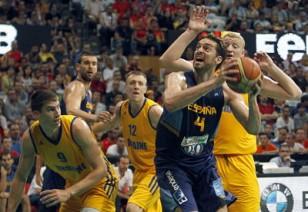Gasol intenta lanzar a canasta bajo el aro de los ucranianos. Fuente: EFE