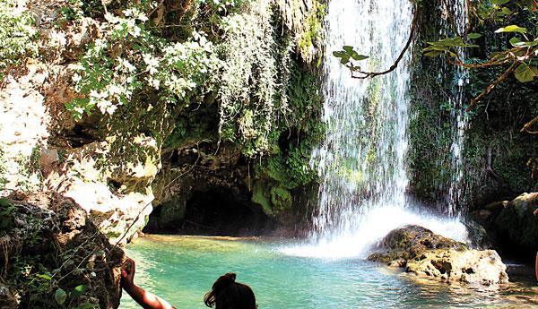 Baño de los visitantes en Las Cascadas del Huesna en el municipio de San Nicolás del Puerto. / El Correo