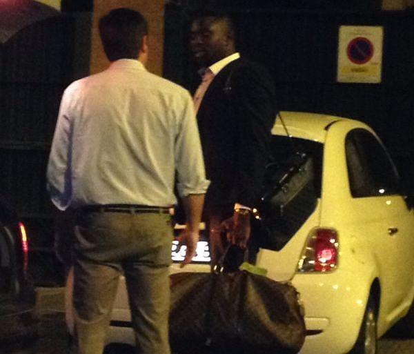 El agente de D'Ndiaye, anoche en las inmediaciones del Villamarín. Foto: Dani Fernández.