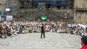 El medio millar de hermanos de la Vera Cruz de Alcalá del Río a las puertas de la Catedral de Santiago de Compostela.