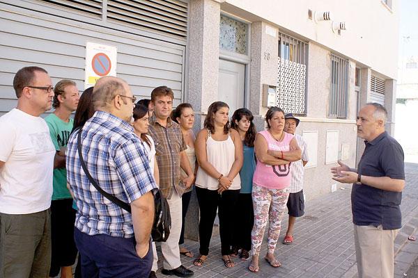 El portavoz municipal de IU, José Luis García, visitó ayer el barrio para conocer de cerca la situación de las familias. / El Correo