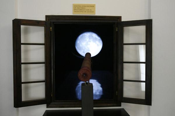 La Luna, al otro lado de una réplica del telescopio de Galileo en una pasada exposición de La Casa de la Ciencia. / El Correo