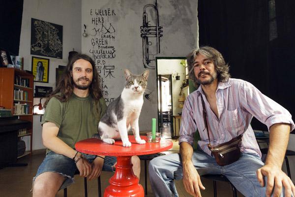 José Moreno y Leo García posan con un espontáneo invitado en la instantánea en La trompeta verde. / José Luis Montero
