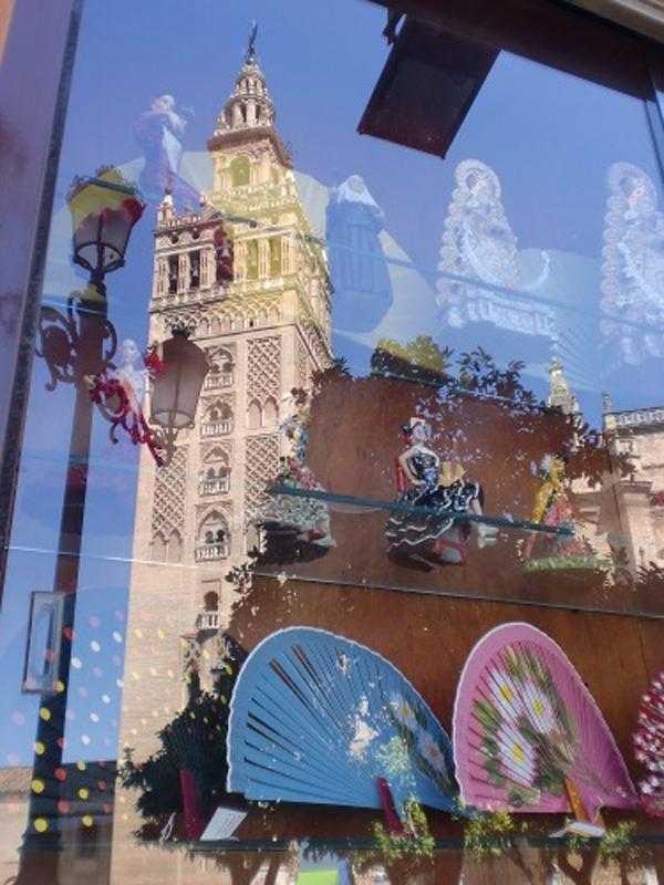 La Giralda, reflejada en una de las tiendas de recuerdos de Virgen de los Reyes. / C.R