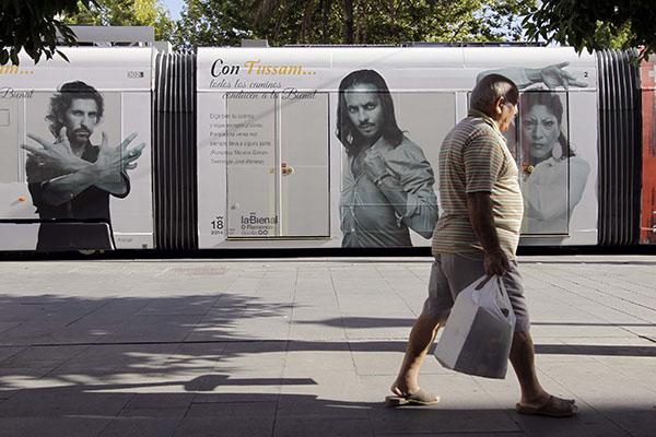 El bailaor aparece en la campaña que Tussam ha impreso en los tranvías. / J. L. Montero