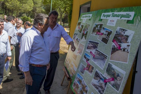 El alcalde, Juan Ignacio Zoido, supervisa los trabajos que se han realizado en los últimos tres años en estos parques. / J.M.Paisano