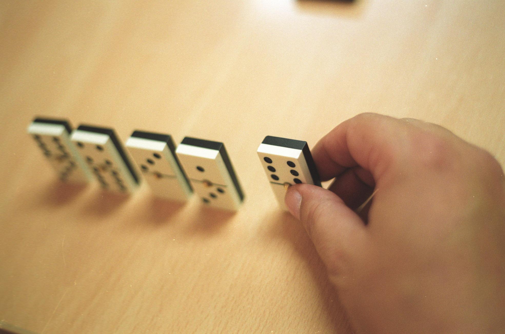 La prohibición de jugar al dominó en los veladores se ha convertido en lo más llamativo de la ordenanza. / Pepo Herrera