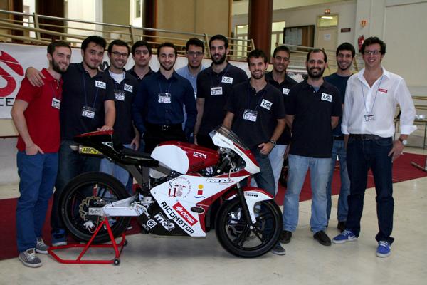 El grupo de estudiantes US-R Engineering, de la Universidad de Sevilla, junto a una de sus creaciones. / El Correo