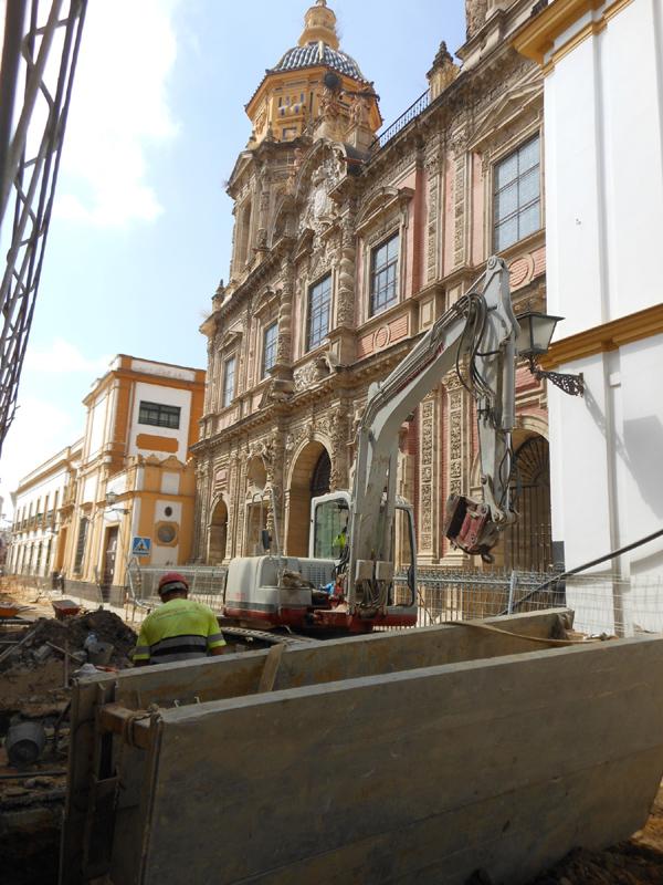 Los trabajos son especialmente intensos  en los alrededores de la Iglesia de San Luis.