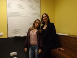 Triana de Alba, junto a su profesora de canto Raquel La Brujha, en una de las aulas de la Escuela de Música de Gines. Foto: Alba Poveda