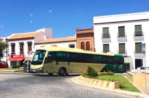 Un autobús de la línea interurbana Carmona-Sevilla inicia su trayecto en el Paseo del Estatuto. Foto: E. García