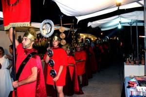 La IV Legión Romana Síngilis de Jauja desfila por las calles de Casariche, que durante el fin de semana recupera su pasado romano. Foto: J. Jiménez