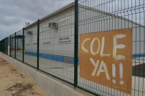 Los padres han colocado pancartas de protesta junto a las polémicas caracolas o aulas prefabricadas. Foto: S. Criado