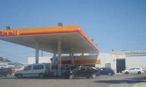La, de momento, única gasolinera embotada de coches. Foto: Alvaro Romero