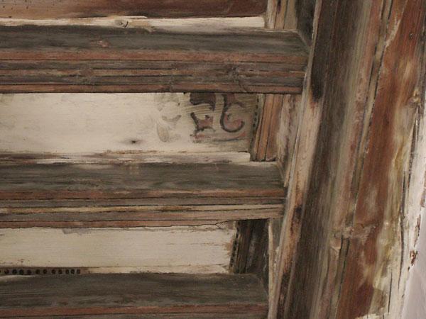 Forjado de madera con policromías muy afectado por hongos de pudrición blanca.La intervención plantea su recuperación, siguiendo el método empleado durante la última rehabilitación.