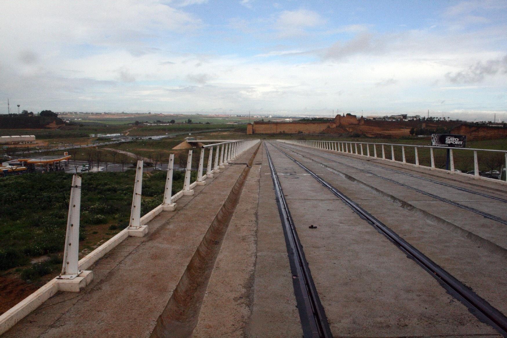 Obras abandonadas del tranvía de Alcalá.