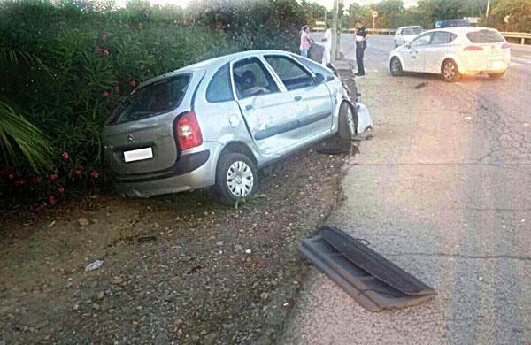 Uno de los coches accidentados en Carmona. / E.P.