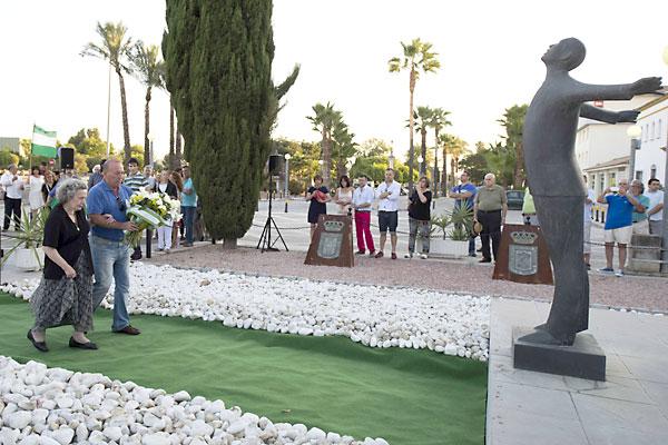 La hija mayor de Blas Infante, María de los Ángeles Infante, en el momento de la ofrenda floral, ayer ante el monumento al padre de la patria andaluza. / fotos: J. M. Paisano