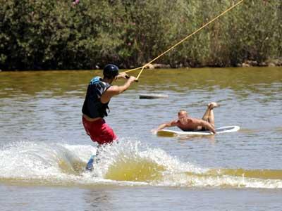 A falta de playa y de piscina en el parque, bien vale una charca. / José Luis Montero