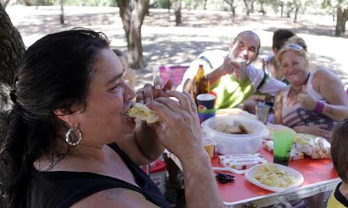 Un picnic por todo lo alto, ayer en el Alamillo. / j. l. m.