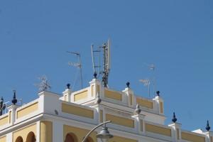 Antenas de telefonía ubicadas en uno de los edificios del casco urbano de Écija. Foto: M. R.
