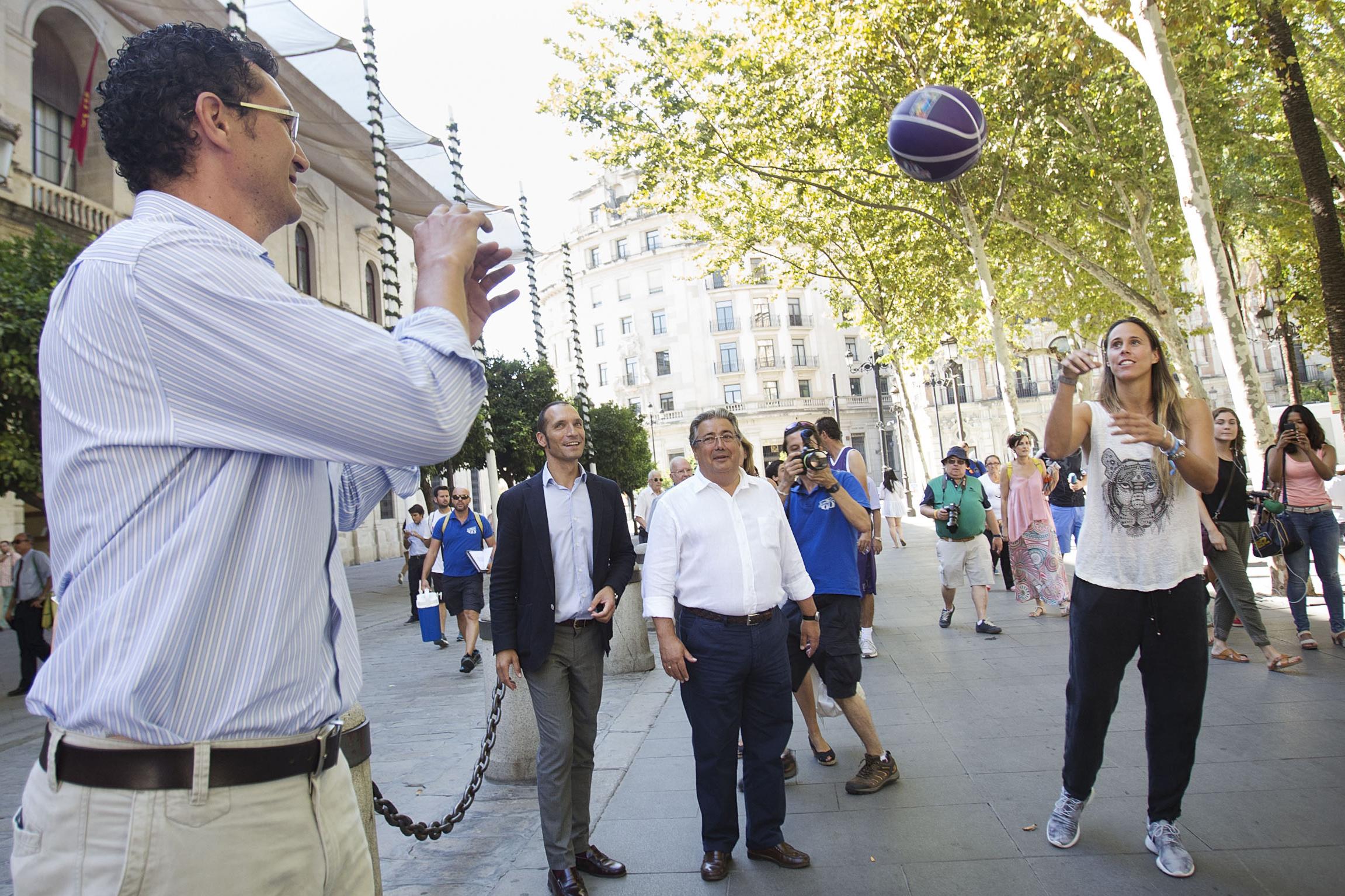 Raúl Pérez y Amaya Valdemoro se pasan la pelota durante el acto. / Pepo Herrera