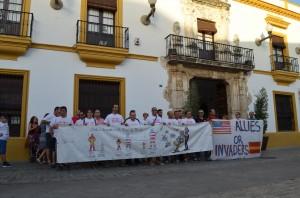 Los afectados por el ERE durante su encierro en la casa consistorial de Utrera. Foto: Salvador Criado