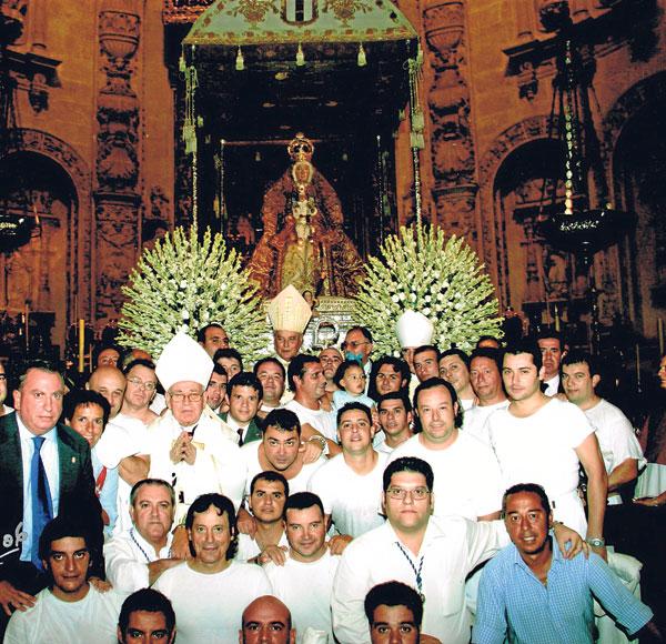 La cuadrilla, terminada la procesión, posa junto al cardenal Carlos Amigo.
