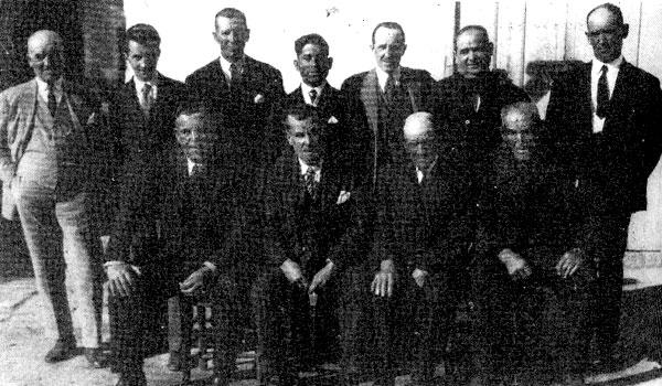 EL PRIMERO. En el centro, sentado, con corbata, una de las pocas imágenes de Eduardo Bejarano Vélez, iniciador de la saga.