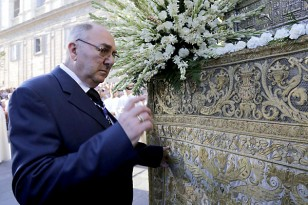 Homenaje a la familia Bejarano, un siglo en el martillo de la Virgen de los Reyes. / José Luis Montero