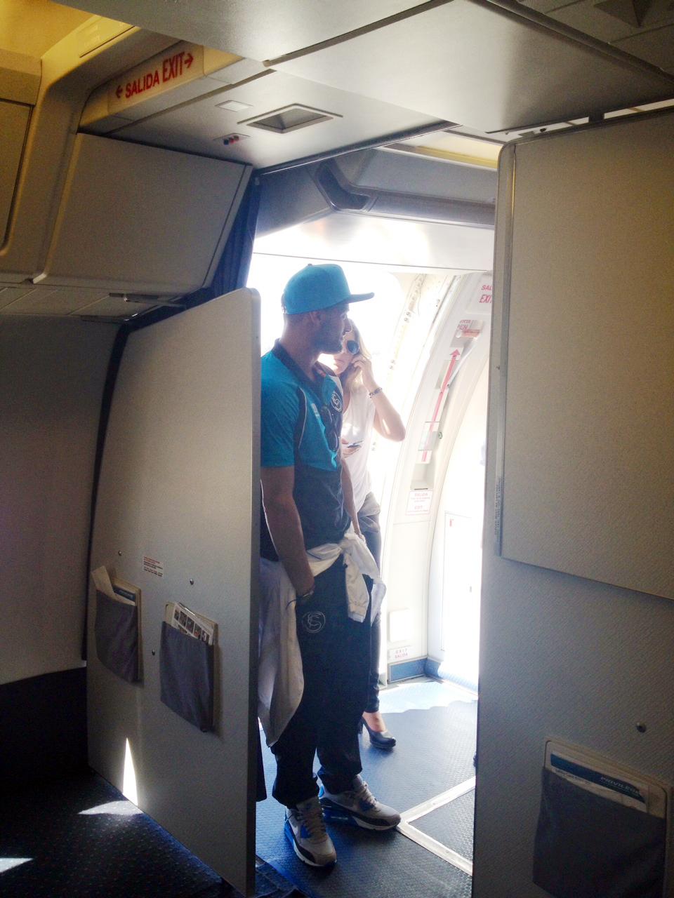 El jugador del Sevilla Beto en el avión. / Foto: Javi Pérez.