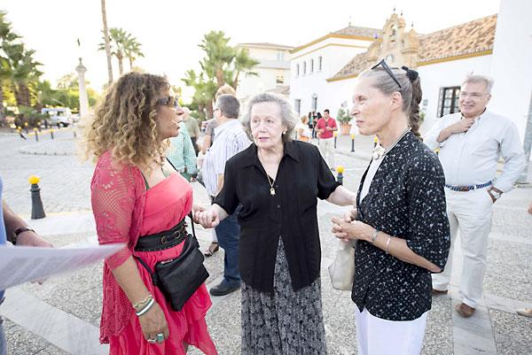 Pilar Távora (izda.) junto a la hija de Blas Infante, María de los Ángeles Infante (c). / J.M.Paisano