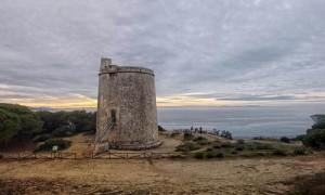 Imagen de la Torre del Tajo situada junto al acantilado del Parque Natural de la Breña y Marismas de Barbate. Foto: El Correo