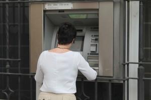 Una usuaria utilizando un cajero automático exterior, por el que deberán pagar 600 euros.