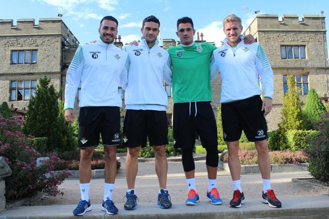 Los cuatro capitanes posan hoy en el hotel de concentración en Inglaterra / Real Betis