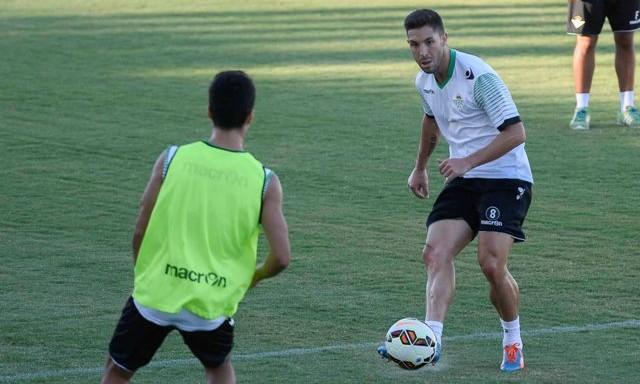 Álvaro Cejudo, el martes en su primer entrenamiento con el Betis / J.M. Paisano
