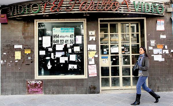 Imagen de archivo de 2011 en la que se puede apreciar en la calle Asunción lo que ha sido una constante durante seis años: la destrucción del pequeño comercio. / Paco Puentes