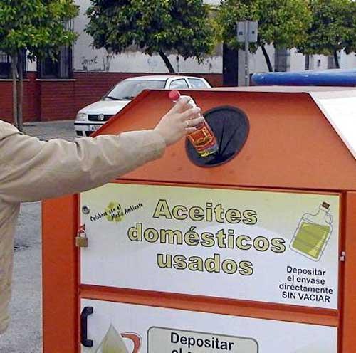 Uno de los contenedores de aceite usado que se colocaron por toda la ciudad. / EFE
