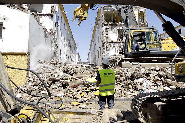 Labor de derribo de las viviendas en Los Pajaritos. / José Luis Montero