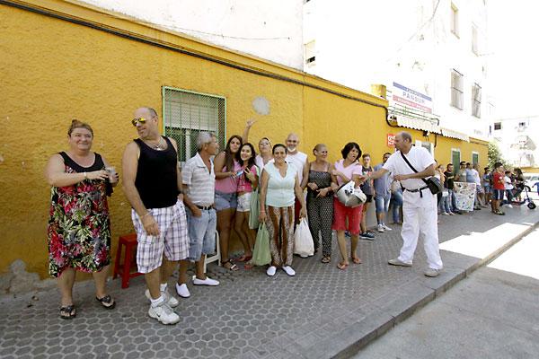Los vecinos celebran el derribo. / Foto: José Luis Montero