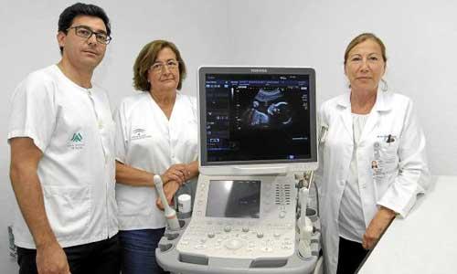 José Antonio Sainz, Enriqueta Turmo y Virginia Caballero, junto a uno de los ecógrafos de alta gama que cuenta el hospital de Valme. / J.L. Montero