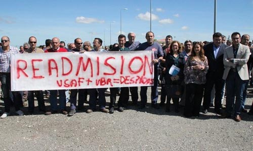 Los afectados por el ERE de la base aérea dormirán en el Ayuntamiento moronense hasta el miércoles. / María Montiel