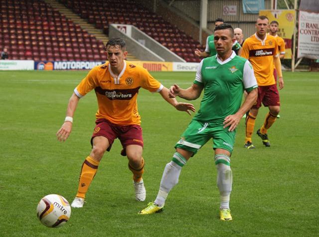 Rubén Castro, que ya lleva cinco goles en la pretemporada, pugna con un defensa escocés / Motherwell FC